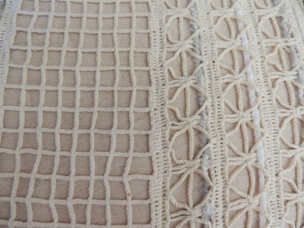 Grand coussin dimensions 75 cms X 55 cms Grand galon de crochet fait main, franges de laine Matière coton Coussin déhoussable finition portefeuille Intérieur 100% polyester Conseil de lavage 30°