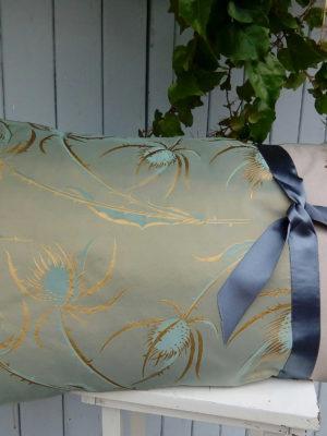 Coussin rectangulaire dimensions 40 cms X 65 cms Très beau tafferas chardons dorés Large ruban de satin gris Coussin déhoussable finition portefeuille Intérieur du coussin 100%polyester Conseil de lavage 30°