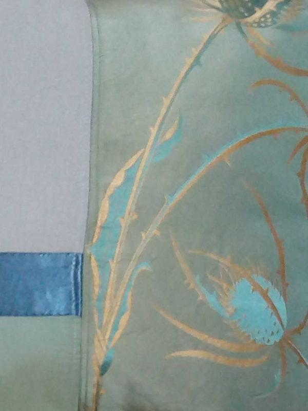 Coussin dimensions 45 X 42 cms Très beau taffetas chardons dorés, large ruban de satin gris anthracite Coussin déhoussable finition portefeuille, avec noeuds Face arrière du coussin en taffetas vert amande Intérieur du coussin 100% polyester Conseil de lavage 30°
