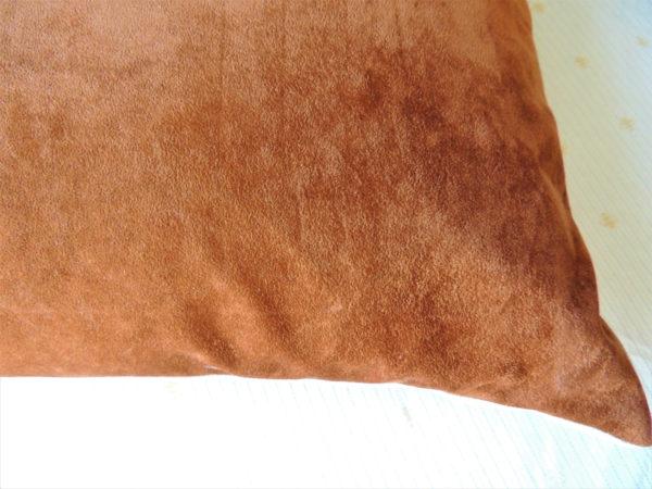 Coussin rectangulaire dimensions 40 X 65 cms Toile de coton écru, avec des rubans cousus dans les tons beige et marron Face arrière du coussin en suédine marron Coussin déhoussable finition portefeuille Intérieur 100% polyester Conseil de lavage 40°