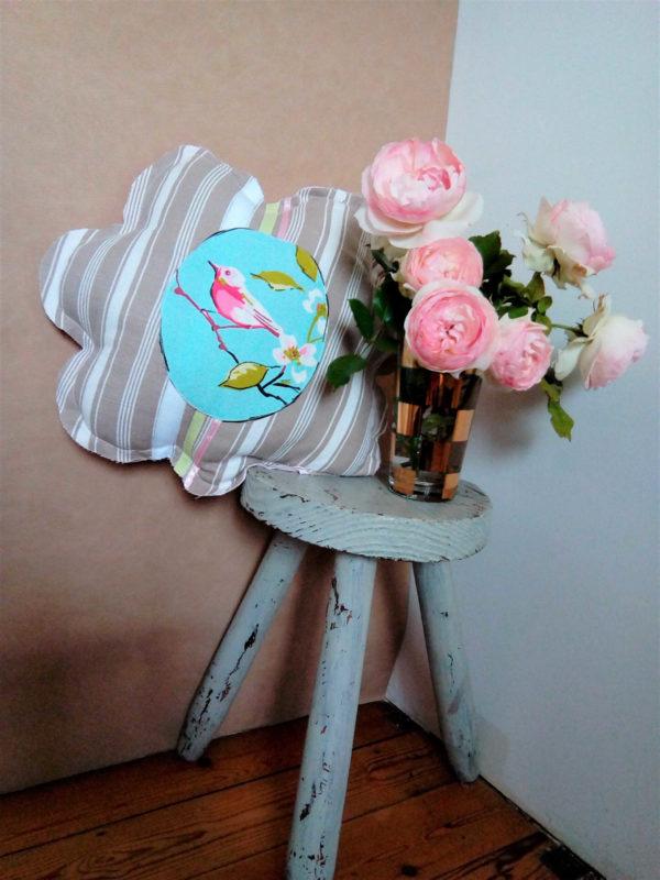 Petit coussin en forme de fleur dimensions diamètre 40 cms Tissu toile matelas Ruban de satin rose et vert pâle Petit oiseau rose sur une branche de cerisier Coussin non déhoussable Conseil de lavage 40°