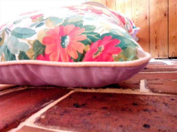 Coussin dimensions 40 X 55 cms Tissu fleuri très coloré Ganse couleur abricot, face arrière mauve Coussin non déhoussable Matière du tissu : 100% coton Intérieur 100% polyester Conseil de lavage 30°