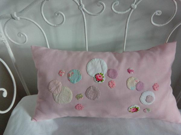 Coussin rectangulaire de dimensions 27 cms X 47 cms Petites bulles de tissu appliquées cousues main dans les tons roses L'arrière du coussin est blanc Coussin 100% coussin Intérieur 100% coton Coussin non déhoussable