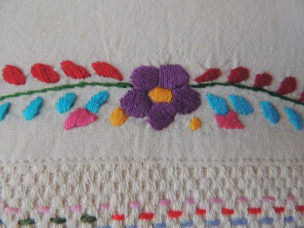 Coussin dimensions 35 X 45 cms Coussin rebrodé de fils de laine Coussin 100% coton Intérieur 100 % polyester Coussin déhoussable finition portefeuille Conseil de lavage 40°