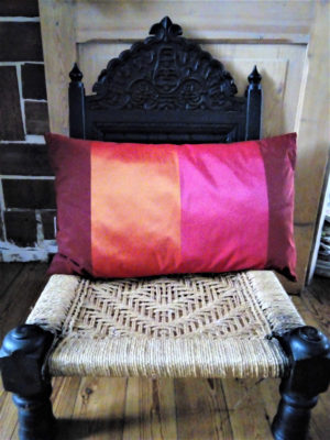 Coussin très coloré bordeau, orange et rose Dimensions 40 X 65 cms Face arrière du coussin mauve Matière du tissu 100% polyester Intérieur 100% polyester Conseil de lavage 40° Coussin déhoussable finition portefeuille
