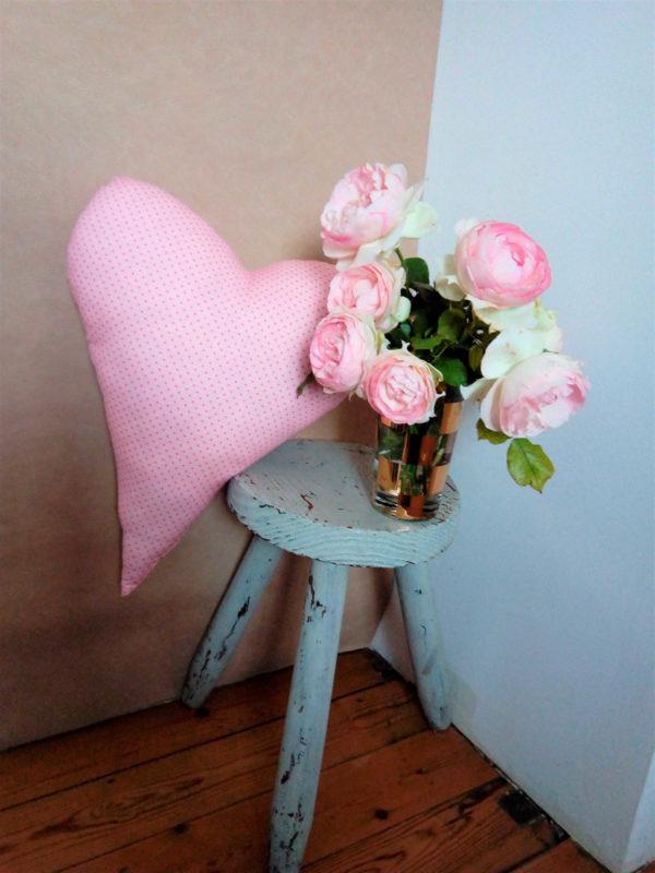 Coussin en forme de coeur dimensions 39 cms X 44 cms Tissu rose pâle à tous petits pois roses foncés Matière du tissu : 100% coton Coussin non déhoussable Intérieur du coussin 100% polyester Conseil de lavage 40°