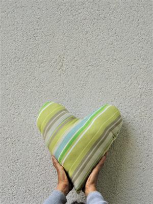 Coussin en forme de coeur Coussin de dimensions 36 X 38 cms Une face en bayadère dans les tons verts Une face blanche avec des petites fleurs bleues Coussin non déhoussable Matière du tissu 100% coton Intérieur 100% polyester Conseil de lavage 40°