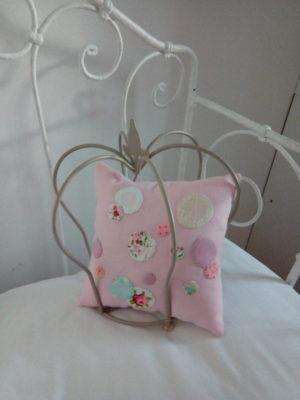 Coussin non déhoussable Petit coussin pour berceau dimensions 20 cms X 20 cms Tissu rose ,agrémenté de petites bulles de tissu appliqué cousues main dans les tons roses La face arrière du coussin est en vichy rose et blanc Tissu du coussin 100% coton Conseil de lavage 30°