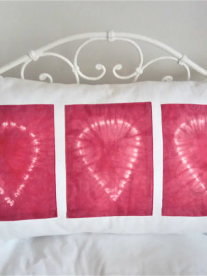Grand coussin blanc dimensions 40 X 68 cms 3 rectangles en tissu rose fushia avec des coeurs en batik Matière du tissu 100% coton Coussin déhoussable finition portefeuille Intérieur du coussin 100% polyester Conseil de lavage 40°