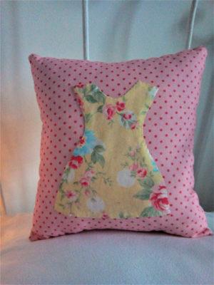 Mini coussin pour berceau dimensions 20 cms X 20 cms Tissu rose à petits pois, avec une petite robe en tissu appliquée cousue main Petite robe dans un joli tissu à ramages sur fond jaune pâle Coussin 100% coton Coussin non déhoussable