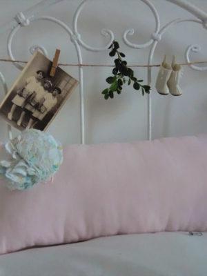 Coussin non déhoussable Petit coussin rectangulaire dimensions 21 cms X 44 cms Coussin en coton rose pâle Ce coussin est agrémenté d'un pompon en tissu fantaisie L'intérieur de ce coussin est 100% polyester Ce coussin n'est pas déhoussable Conseil de lavage 30°