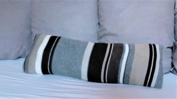 long coussin en tricot recyclé . Rayures dans les tons de gris. coussin non déhoussable. intérieur du coussin 100% polyester. Les deux faces de ce coussin sont identiques