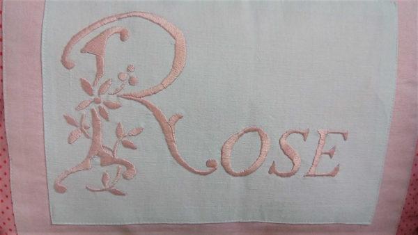 """Grand coussin rectangulaire dimensions 35 cms X 50 cms Coussin 100% coton Très belle broderie main dans un ton rose sur fond blanc Le mot """"rose"""" est brodé sur ce coussin Ce coussin est déhoussable , finition portefeuille L'intérieur du coussin est 100% polyester N'hésitez pas à demander une personnalisation"""