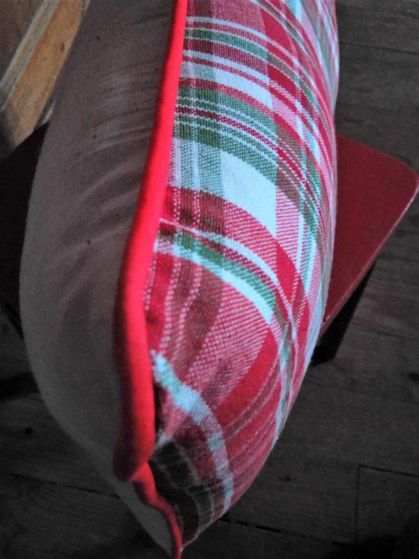 coussin rectangulaire de dimensions 28 cms par 55 cms. Le mot saperlipopette est brodé main en rouge sur un tissu de fond écru. ce coussin est non déhoussable. La face arrière du coussin est taillé dans un tissu écossais dans les tons rouges. Ce coussin est gansé d'un passepoil rouge. le tissu de ce coussin est 100% coton pour l'enveloppe extérieure, et l'intérieur du coussin est 100% polyester.