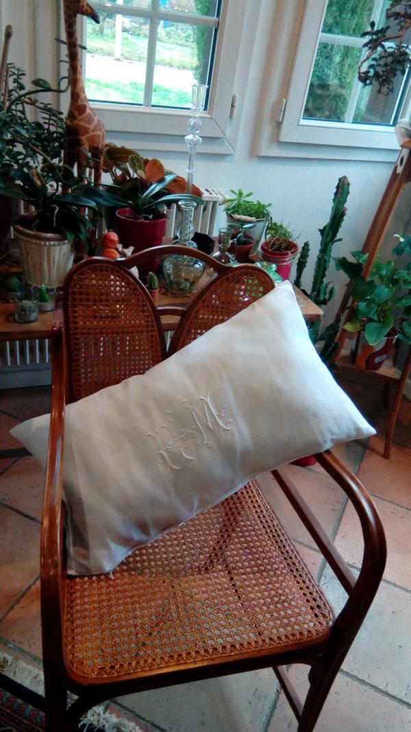 coussin taillé dans un drap ancien blanc, beau monogramme ancien lettres EM, dimensions du coussin 36 cms par 65 cms, coussin déhoussable finition fermeture éclair, modèle unique.