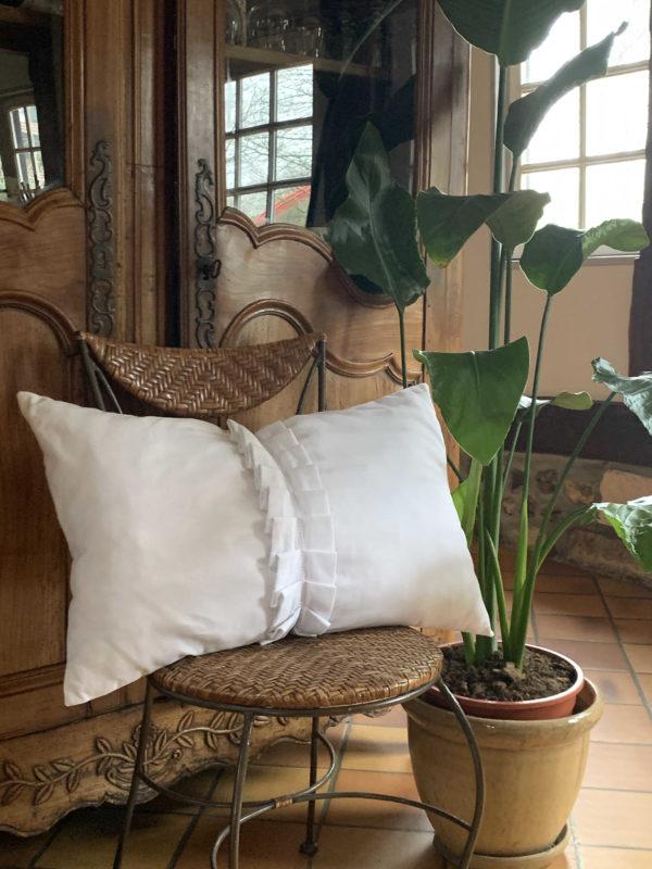 coussin de dimensions 40 cms par 65 cms, taillé dans un drap ancien blanc, avec une colerette amovible taillée dans une bande de jours de draps ancien, coussin non déhoussable