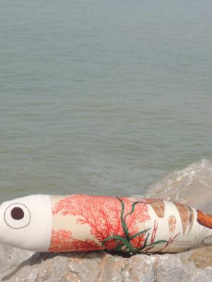 coussin en forme de poisson, longueur 72 cms, hauteur 17 cms, en tissu recyclé, superbe tissu d'ameublement représentant des corails et des coquillages