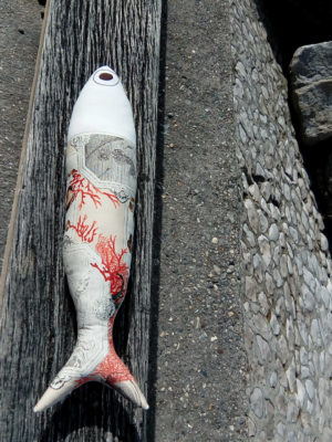 coussin en forme de poisson, longueur 72 cms, hauteur 17 cms, très beau tissu recyclé imprimé corail et coquillages