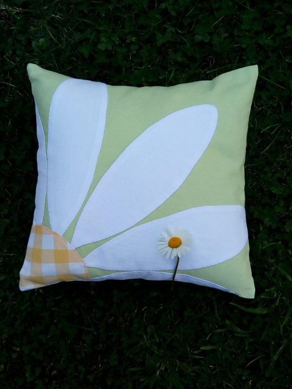 coussin en tissu recyclé, carré dimensions 35 cms par 35 cms, coussin agrémenté par une très grosse marguerite blanche avec un coeur en vichy jaune, coussin déhoussable finition portefeuille