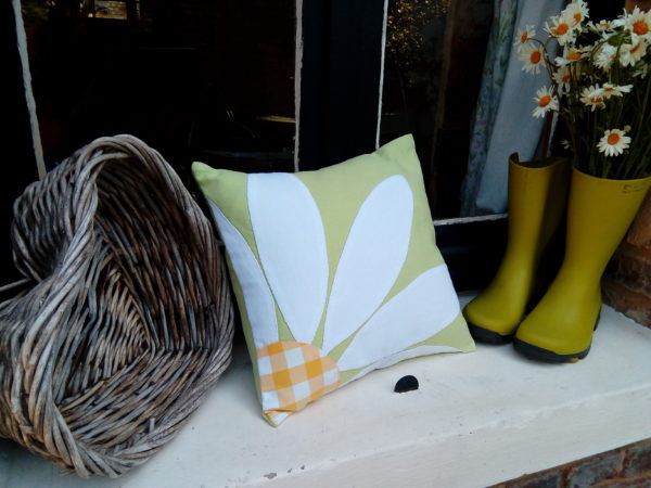 coussin en tissu recyclé vert printemps, carré , dimensions 35 cms par 35 cms, grosse marguerite blanche appliquée avec le coeur de la fleur en vichy jaune, coussin déhoussable finition portefeuille